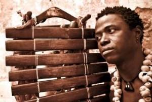 """Griot, originaire de Tabato (Guinée Bissau), tel que le Vieux Mbady Kouyaté, Kimintan Djabaté évolue depuis 2000 en Europe (avec la Troupe National de Bissau) puis au  Portugal (Libonne). Il collabora auprès de Mory Kanté et Waldemar Batos. Il fit un 1er album 'Tériké"""" en 2005 et son 2nd en 2009 """"Karam"""" (label Cumbancha). Sa musique est inspirée des rythmes & danses bissagais traditionnels (mandingo, gumbé) , de l'afrobeat nigérian & du morna cap verdien. Ses paroles revendiquent  la liberté des peuples, & les droits des femmes, appellent à l'amour & la paix humains, & dénoncent la pauvreté."""